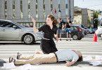 Hilfe tut Not: Milla Jovovich mit Unfallopfer