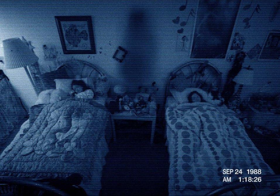 Die beiden Schwestern werden ständig von einer Kamera überwacht