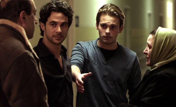 Brams (Cem Akkanat, l.) Eltern scheinen von Kevin (Simon Van Buyten) nicht begeistert zu sein ...