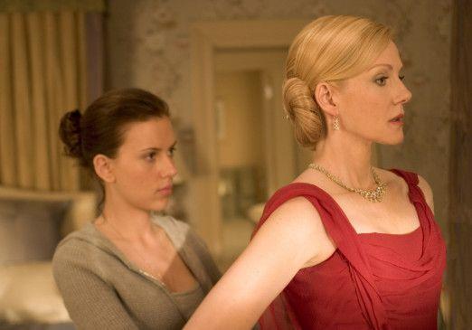 Das Kleid ist perfekt! Scarlett Johansson (l.) hilft Laura Linney