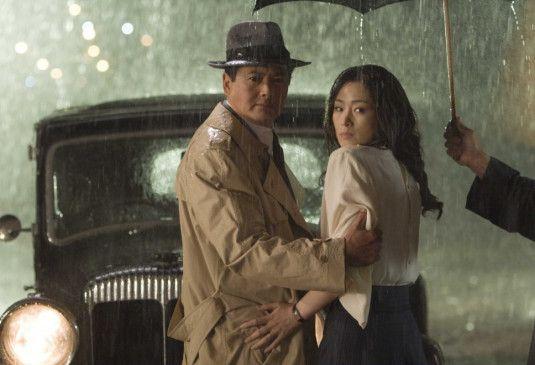 Stehen im Regen: Chow Yun-Fat und Gong Li