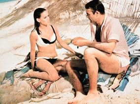 Bond (Sean Connery) hofft, dass die schöne Domino (Claudine Auger) ihm hilft, die geraubten Atombomben zu finden