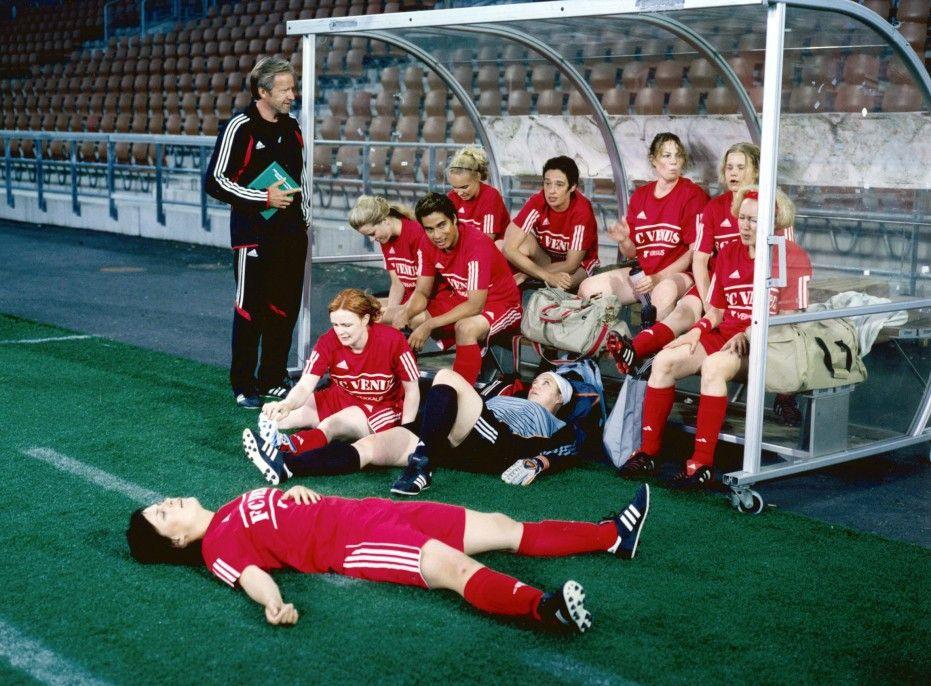 Die Fußballerinnen vom FC Venus mit ihrem Trainer Lauri (Taneli Mäkelä, l.)