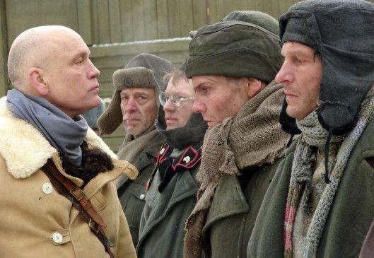 Pavlov (John Malkovich) verdächtigt die Gefangenen, SS-Offiziere gewesen zu sein