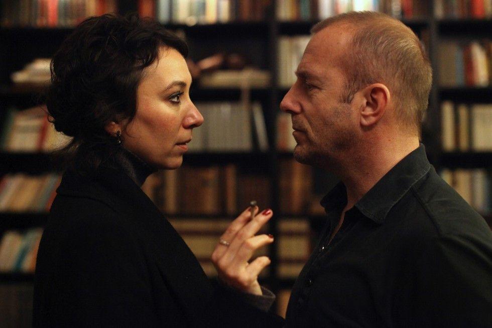 Brock (Heino Ferch) will die Schwester  (Ursula Strauss) des Toten aus der Reserve locken