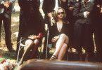 Da sag' nur einer, dass Beerdigungen langweilig  seien: Christina Ricci (mit Sonnenbrille) trägt  zumindest nicht unbedingt die passende Tracht