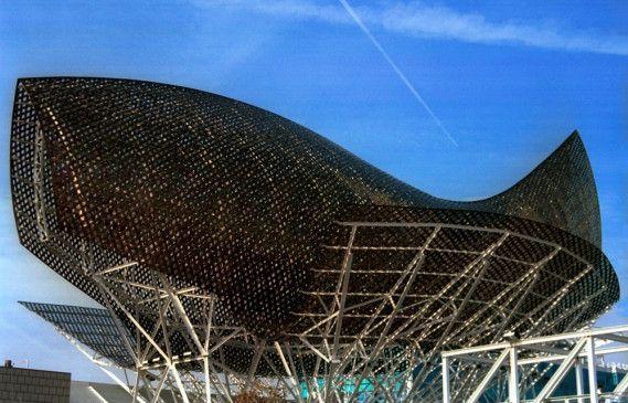 Kunst am Bau oder Fisch auf dem Trockenen? Ein Bauwerk von Frank Gehry