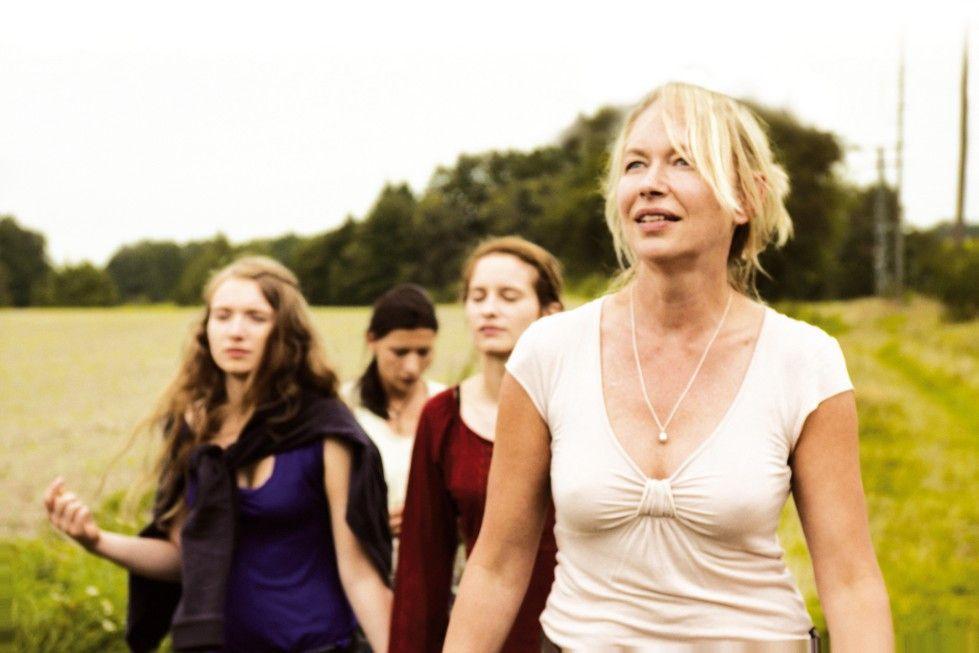 Ist es nicht wunderbar hier? Kirsten (Therese Hämer, r.) und ihre drei Freundinnen