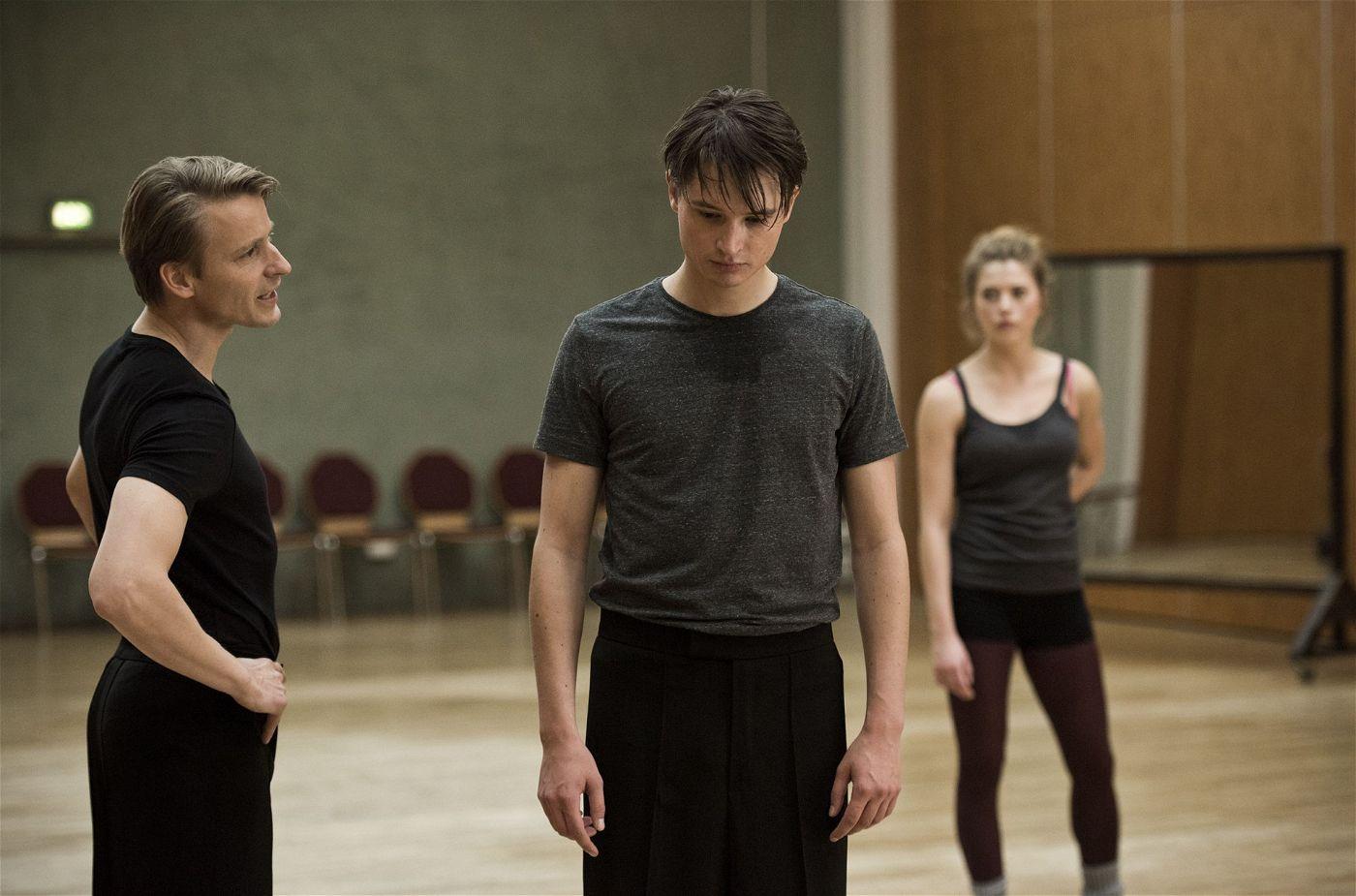 Zum Trauern bleibt aber keine Zeit: Ein wichtiger Wettkampf steht an und Tanztrainer Andreas Roth (Max von Pufendorf, l) fordert volle Konzentration von seinen Tänzern.