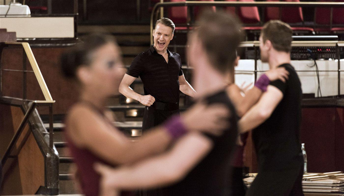 Ständig treibt Tanztrainer Andreas die Gruppe zu mehr Leistung an.