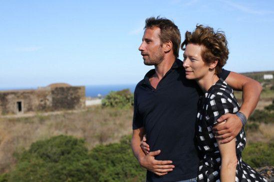 Das berühmte Künstlerpaar Paul (Matthias Schoenaerts) und Marianne (Tilda Swinton) reist auf die idyllische Insel Pantelleria, um in der malerischen Abgeschiedenheit Süditaliens einen romantischen Urlaub zu verbringen.