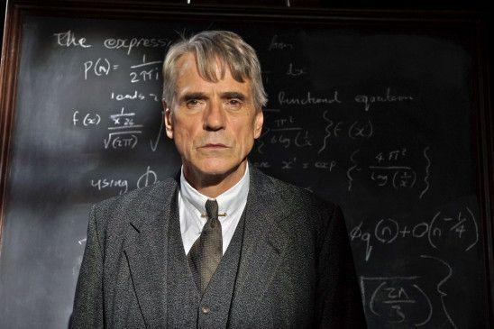 Der brillante Mathematikprofessor G.H. Hardy (Jeremy Irons) erkennt Ramanujans Talent und lädt ihn nach England ins Trinity College nach Cambridge ein.