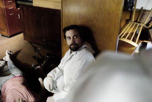 Rechtsmediziner Lutz Kranich (Benjamin Griebel) untersucht die Leiche von Andrea Schwinn (Sonja Tille).