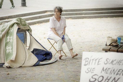 Lydia Eichbaum (Tessie Tellmann) protestiert verzweifelt vor dem Polizeipräsidium.