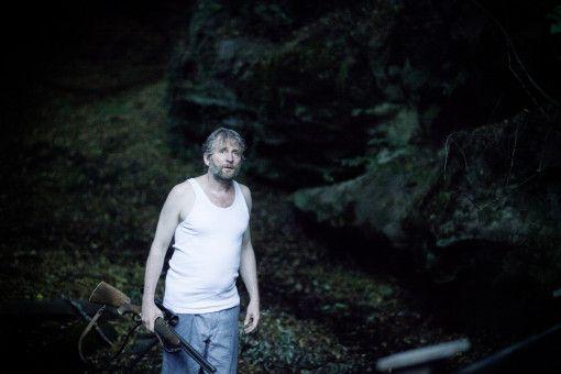 Holger Schwinn (Jörg Witte) steht verzweifelt im Wald.