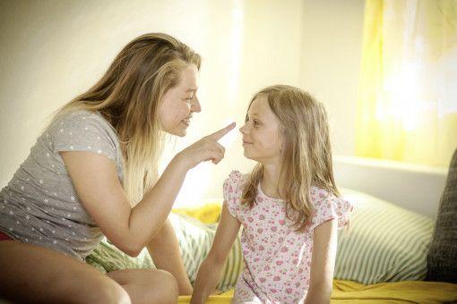 Agnieszka Lies (Karolina Lodyga) scherzt glücklich mit ihrer Tochter Romy (Lotti Kreitmeyr).