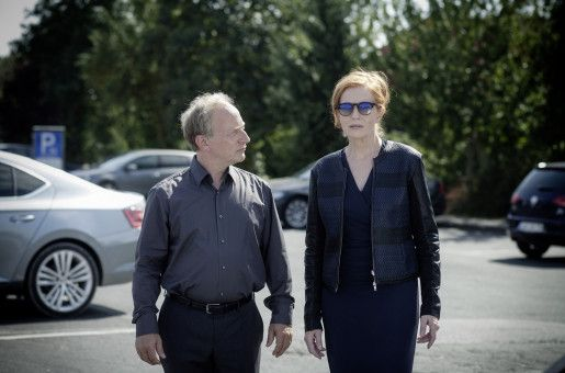Polizeipräsident Dr. Mirko Kaiser (Stefan Merki) trifft sich mit Prof. Magdalena Mittlich (Sybille Canonica) an einer Autobahnraststätte.