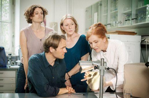Die Kriminalkommissare Wanda Goldwasser (Eli Wasserscheid), Felix Voss (Fabian Hinrichs) und Paula Ringelhahn (Dagmar Manzel) mit Prof. Magdalena Mittlich (Sibylle Canonica).