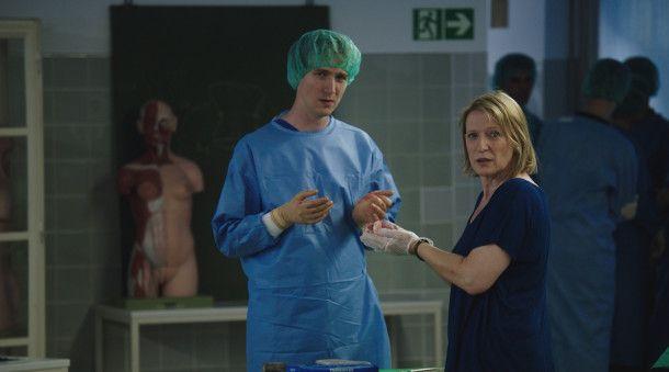 Präparator Lando Amtmann (Jan Krauter) zeigt der interessierten Kriminalhauptkommissarin Paula Ringelhahn (Dagmar Manzel) ein menschliches Herz.