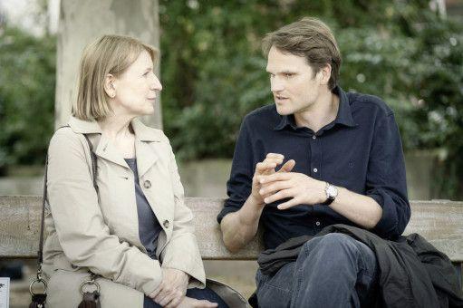 Die Kriminalhauptkommissare Paula Ringelhahn (Dagmar Manzel) und Felix Voss (Fabian Hinrichs) rekapitulieren die Ereignisse der drei Fälle.