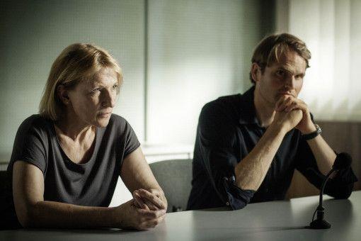Die Kriminalhauptkommissare Paula Ringelhahn (Dagmar Manzel) und Felix Voss (Fabian Hinrichs) bei einem Verhör.