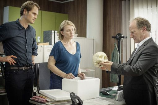 Die Kriminalhauptkommissare Felix Voss (Fabian Hinrichs) und Paula Ringelhahn (Dagmar Manzel) sprechen mit dem Polizeipräsidenten Dr. Mirko Kaiser (Stefan Merki) über den Schädel aus dem anatomischen Institut.