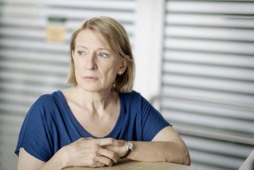 Kriminalhauptkommissarin Paula Ringelhahn (Dagmar Manzel) blickt besorgt nach draußen zu Lydia Eichbaum.