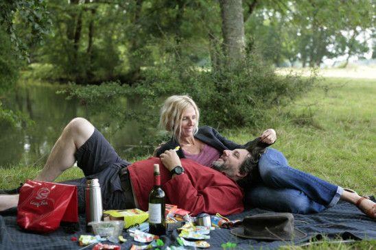 Ganz können Sie sich noch nicht voneinander trennen. Michel (Bruno Podalydès) und Rachelle (Sandrine Kiberlain) genießen den Moment bevor das Abenteuer beginnt.