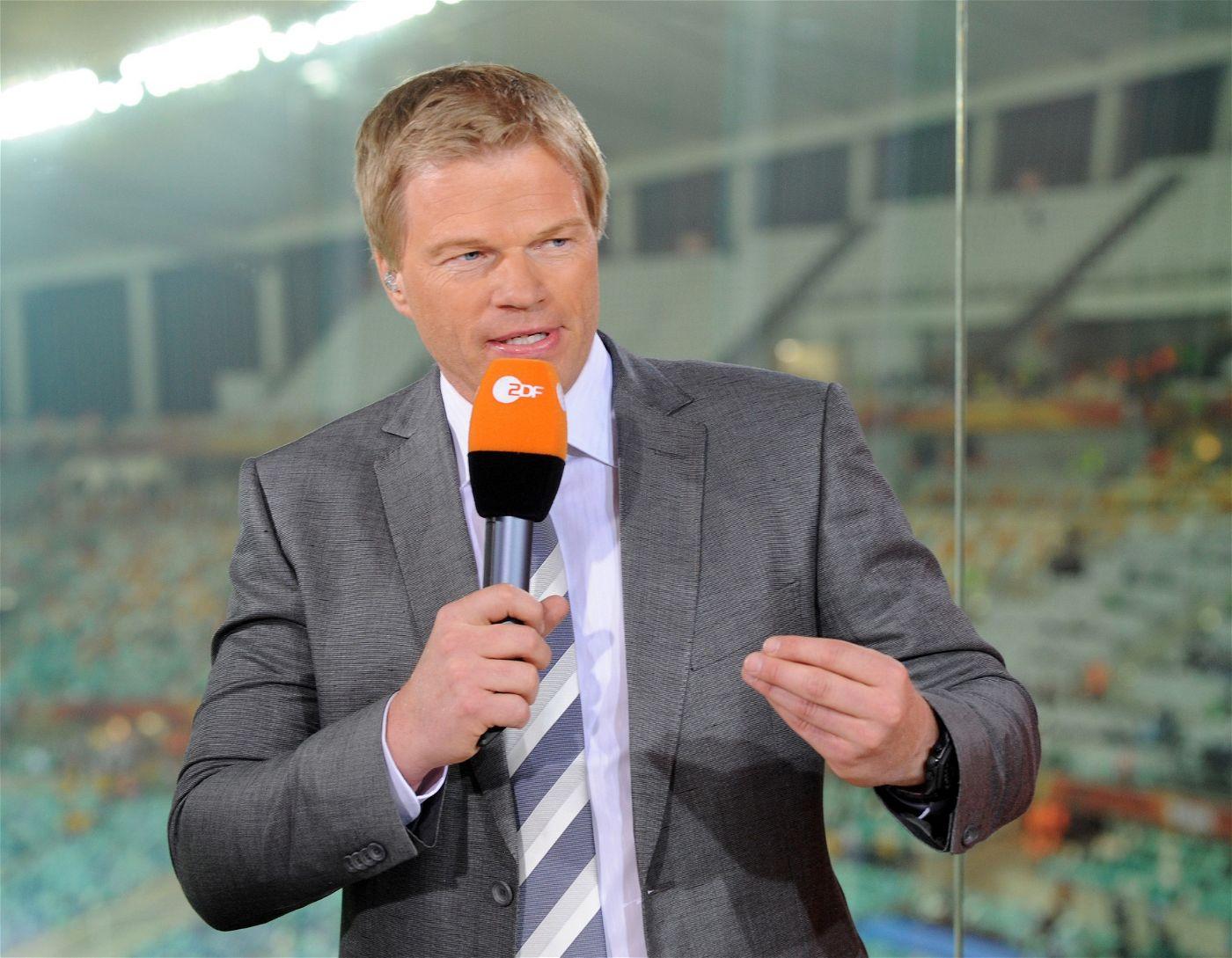 An der Seite von Welke ist Oliver Kahn ist als ZDF-Experte vor Ort.