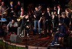 """Alle gemeinsam auf einer Bühne: Samy Deluxe, Seven, Sascha Vollmer und Alec Völkel von """"The BossHoss"""", Nena, Wolfgang Niedecken und Xavier Naidoo."""