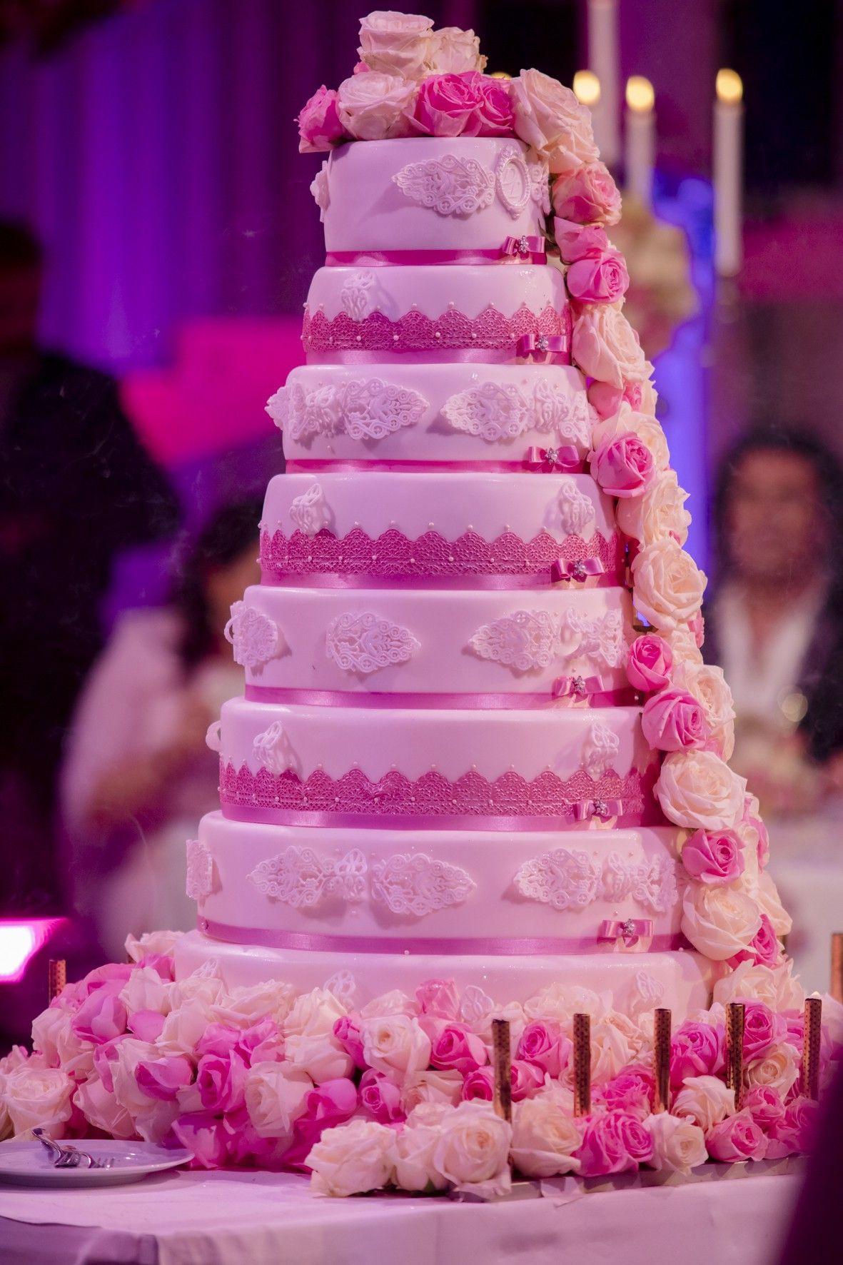 Eine achtstöckige Hochzeitstorte gab es ebenfalls.