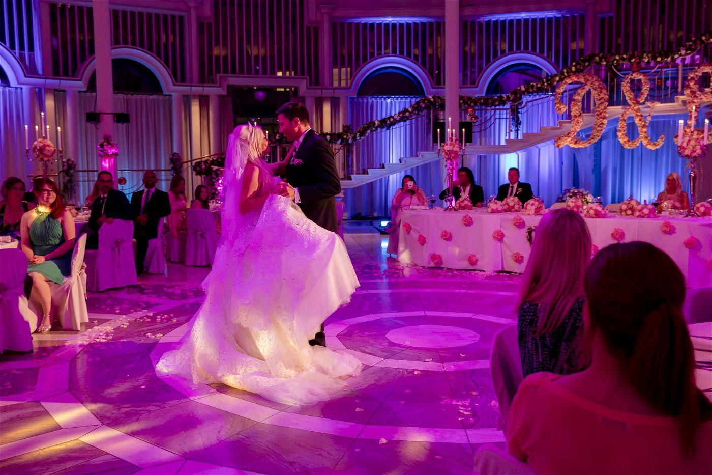 Lucas führte seine Braut sicher über die Tanzfläche.