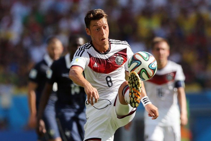 <b>Rückennummer:</b> 8 <br> <b>Position:</b> Mittelfeld <br> <b>Name:</b> Mesut Özil <br> <b>Verein:</b> FC Arsenal