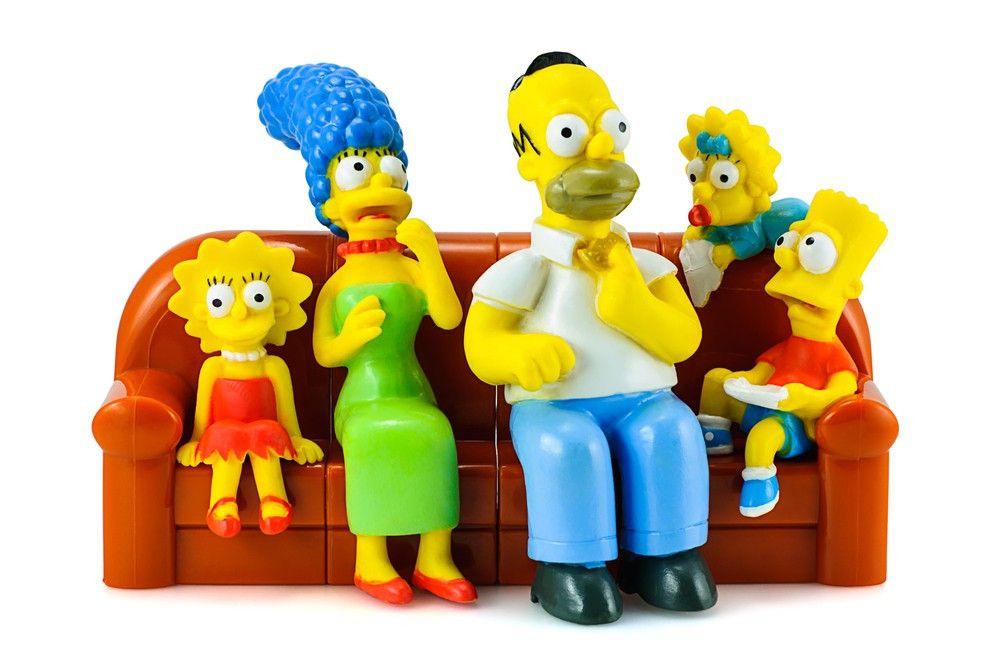 """""""Die Simpsons"""" auf ihrem berühmten Sofa als Plastikfiguren einer berühmten Burger-Kette."""