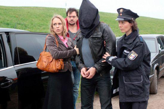 Katrin König (Anneke Kim Sarnau, li.), Polizistin Petra (Anika Wangard) und Bukow (Charly Hübner) bringen Rolf Wendland (Thomas Sarbacher) in das Safehouse.