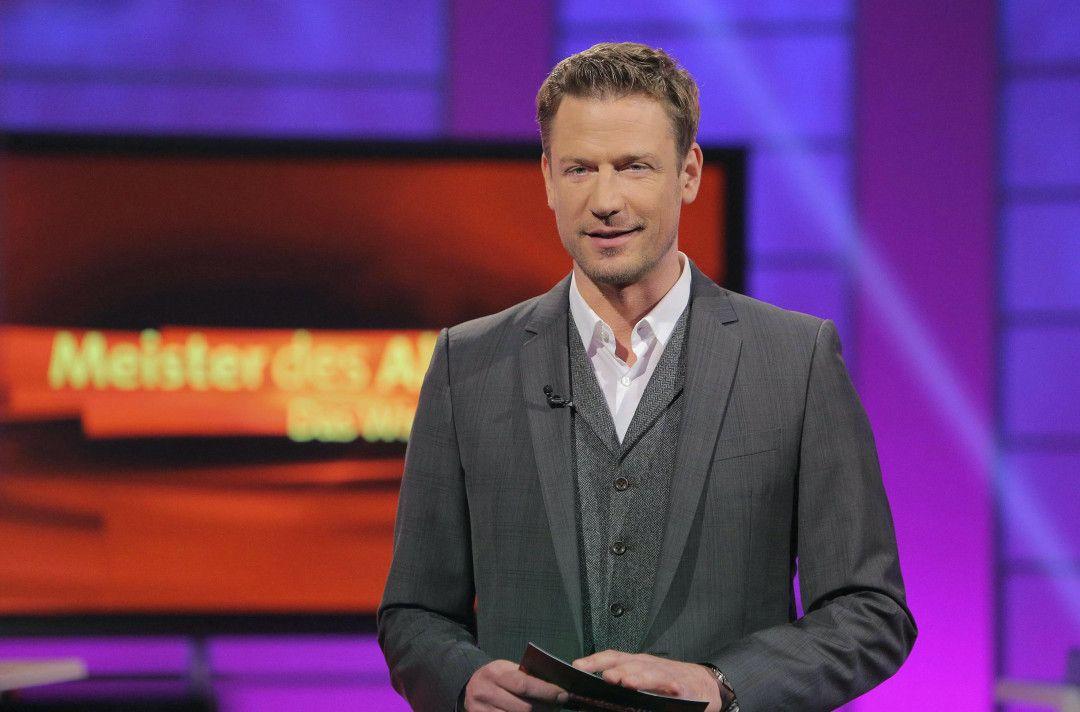 """Moderator Florian Weber stellt in seinem SWR Wissensquiz '""""MMeister des Alltags"""" die Alltagstauglichkeit seiner prominenten Kandidaten auf die Probe."""