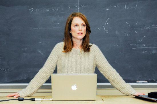 Mitten in der Vorlesung fallen Professorin Dr. Alice Howland (Julianne Moore) auf einmal ein Wort nicht mehr ein, die ersten Anzeichen ihrer Erkrankung.
