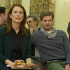 Alice (Julianne Moore) hält in Anwesenheit ihres Sohnes Tom (Hunter Parrish) einen Vortrag vor der Alzheimer-Gesellschaft ihrer Stadt.
