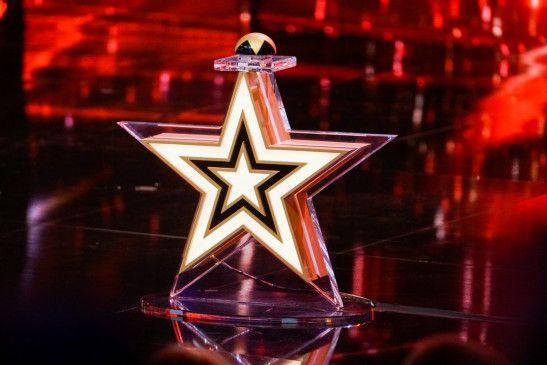 """Für welches Talent drückt die Jury den """"Goldenen Buzzer""""? Welches Talent kommt in die nächste Runde? Vom Flohzirkus bis zur Pferdedressur, von der 5-jährigen Tänzerin bis zum 84-jährigen Sänger, vom Zauberer bis zum Comedian ist alles an Talenten dabei, was man sich vorstellen kann."""