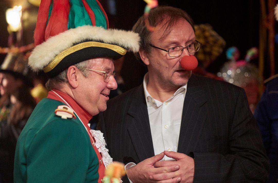 Wer zuerst lacht hat in Köln die Nase vorn. So wie Baudezernent Lothar Stüssgen (Joachim Król, l), hier mit Josef Asch (Rainer Bock, r).