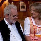 An ihrem Hochzeitstag besuchen Andrea und Joachim jedes Jahr die Kirche, in der sie sich haben trauen lassen. Dazu gehört auch, dass sie wie damals an ihrer Hochzeit Tracht tragen.