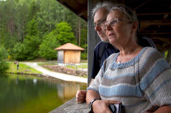 Andrea und Joachim machen einen Tagesausflug. Nur zu Hause rumsitzen, kommt für das Ehepaar nicht infrage. Doch schon bald wird es auch diese Erlebnisse nicht mehr geben. Andrea ist das bewusst. Deshalb will sie jeden Moment mit ihrem Mann genießen.