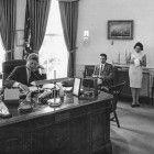 """23. August 1962: Nach der Stationierung sowjetischer Raketen auf Kuba befand sich US-Präsident John F. Kennedy (li.) in Verhandlungsgesprächen mit Nikita Chruschtschow. Die diplomatische Situation war extrem angespannt.Zur ARTE-Sendung Kuba im globalen Spiel (1/2) (1): Kämpfer 23. August 1962: Nach der Stationierung sowjetischer Raketen auf Kuba befand sich US-Präsident John F. Kennedy (li.) in Verhandlungsgesprächen mit Nikita Chruschtschow. Die diplomatische Situation war extrem angespannt. © Abbie Rowe/White House Photographs/John F. Kennedy Library and Museum, Boston Foto: ARTE France Honorarfreie Verwendung nur im Zusammenhang mit genannter Sendung und bei folgender Nennung """"Bild: Sendeanstalt/Copyright"""". Andere Verwendungen nur nach vorheriger Absprache: ARTE-Bildredaktion, Silke Wölk Tel.: +33 3 90 14 22 25, E-Mail: bildredaktion@arte.tv"""