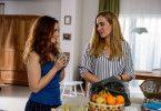 Betty (Annina Hellenthal, r.) ist überglücklich, dass ihre Freundin Hanna Winter (Marie Zielcke, l.) bei ihr wohnt.