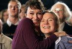 Marina (Ursula Strauss, links) und Schwester Petra (Gisela Salcher) freuen sich über den Erfolg der Band.