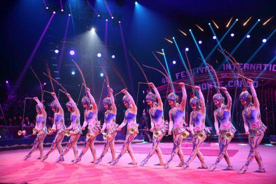 Die Diabolo-Spielerinnen aus Peking mit synchronen Wurfkombinationen.