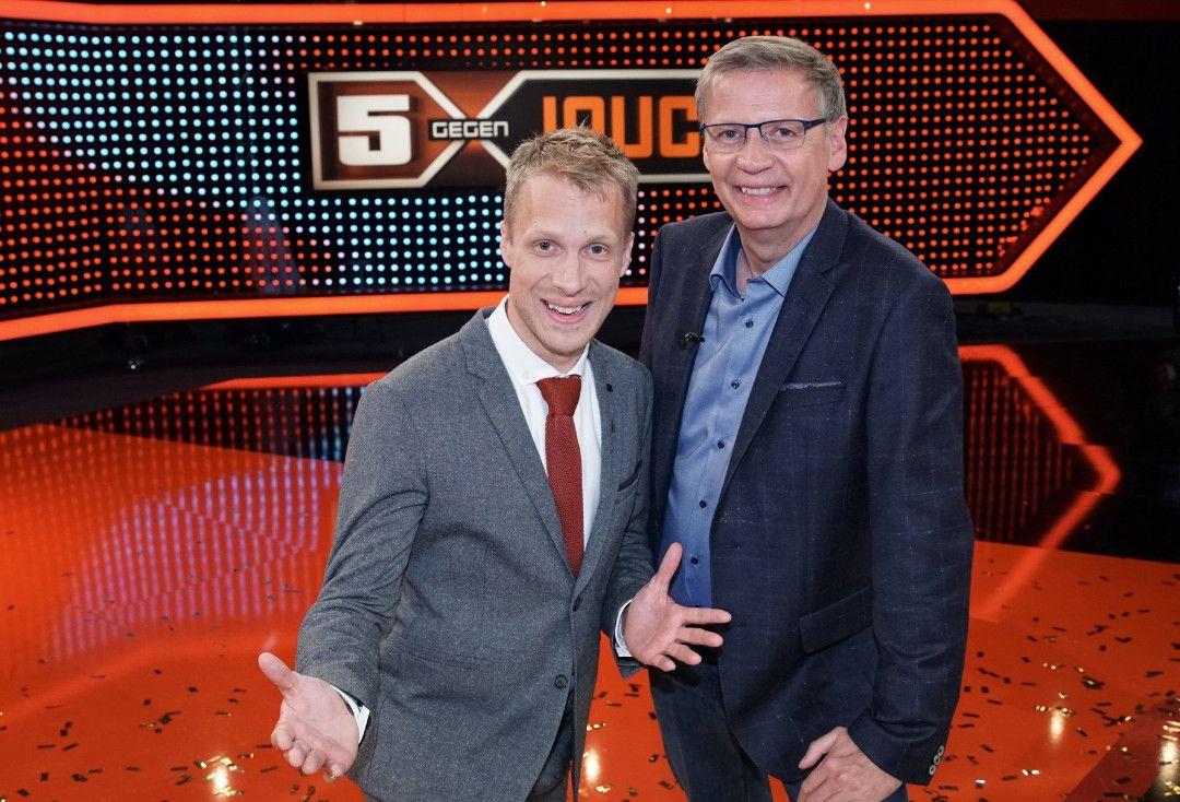 Günther Jauch tritt wieder alleine gegen ein 5-köpfiges prominentes Rate-Team an und in neuen Spielen sogar gegen Comedy-Star Oliver Pocher, der die Show moderiert.