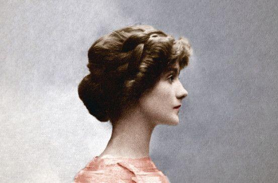 """Berühmteste Näherin der Welt, Verkörperung des Pariser Chics - so lauten die bekannten Klischees. Gabrielle """"Coco"""" Chanel war aber auch eine unerbittliche Kämpferin, die kein Mittel scheute, wenn es darum ging, ihr Imperium aufzubauen."""