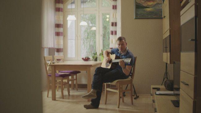 Nach der Rückkehr in die Heimat saß Martin oft alleine zu Hause. Seine Ehefrau ist nicht mit in die neue, alte Heimat gekommen.