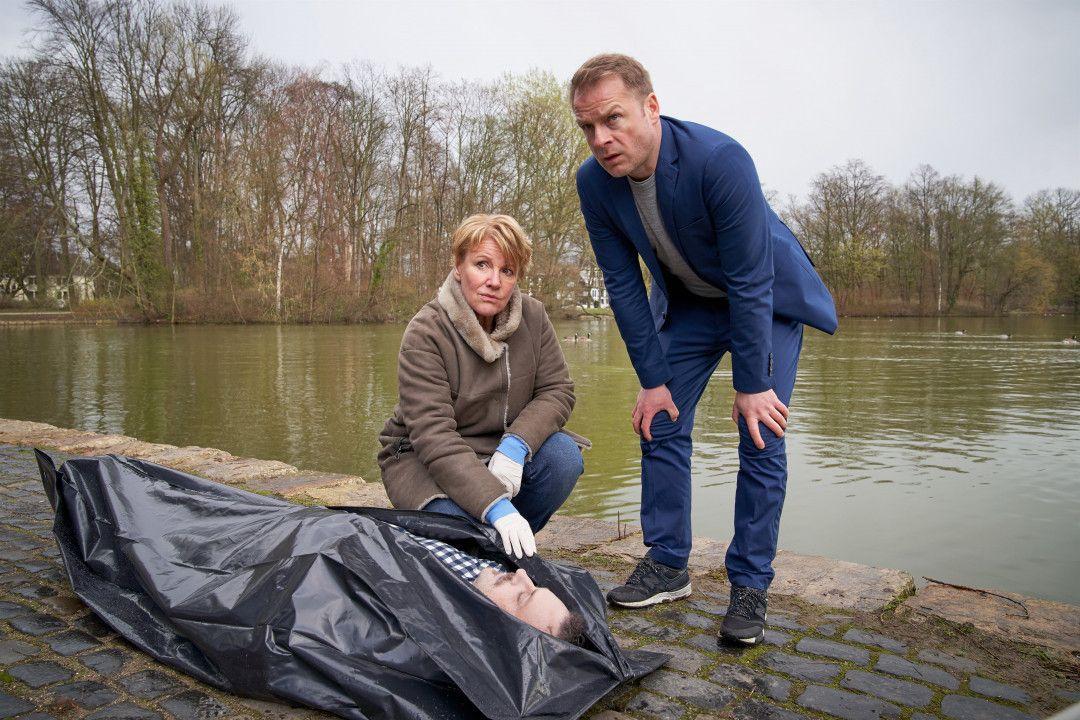 Die Ermittler Marie Brand (Mariele Millowitsch) und Jürgen Simmel (Hinnerk Schönemann) am Tatort. Simmel verfolgt einen BMX-Fahrer, aber der entkommt.
